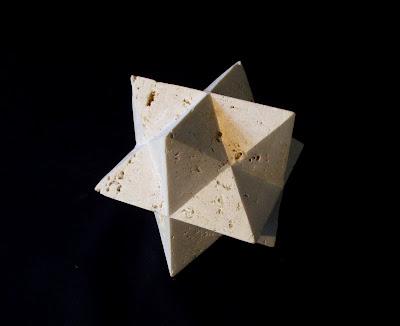 久保極のトラバーチンの抽象彫刻