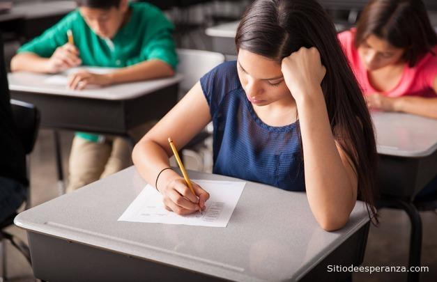 Mujer estudiante en examen