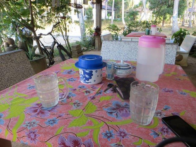 На столе в кафе вода и вещи