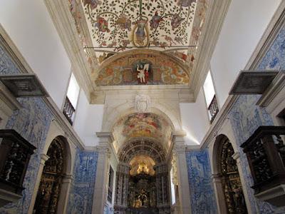 interior de uma capela com azulejos e altares barrocos