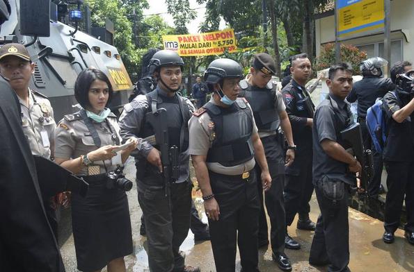 Polwan cantik berdiri diantara Pak Polisi