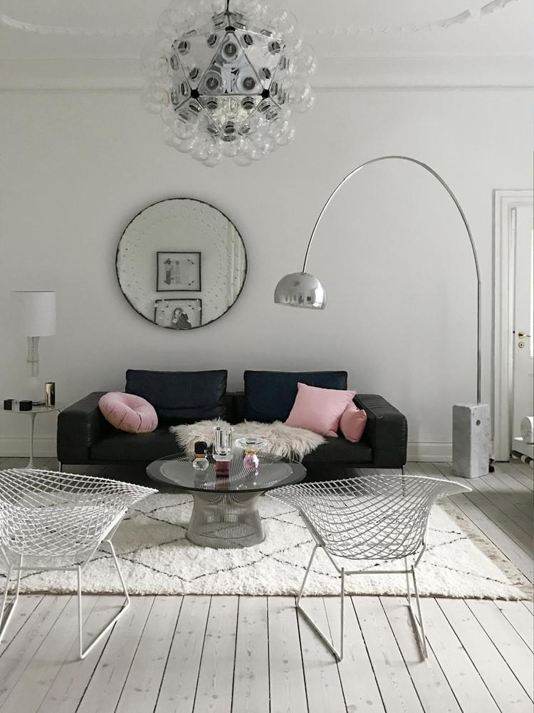 Salón de estilo escandinavo con lámpara Taraxacum de Flos