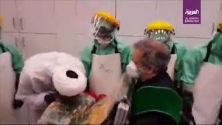 Viral Tenaga Medis Iran Cium Kain Suci agar Terhindar dari Virus Corona