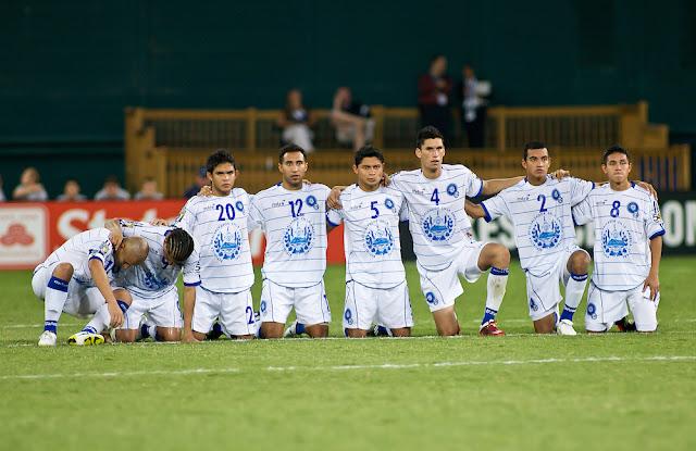 Los jugadores de El Salvador desconsolados tras ser eliminados en penales por Panamá en los cuartos de final de la Copa de Oro 2011