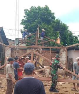 Babinsa Dan Warga Rehab RTLH Warga Di Desa Kelet