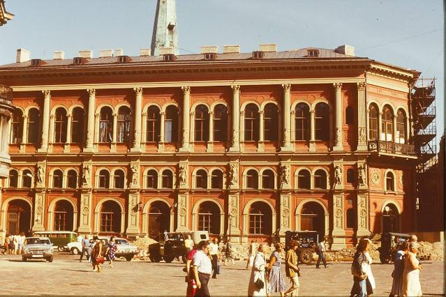 1983 год. Рига. На площади 17 июня (ныне Домской площади). Здание бывшей Рижской Биржи