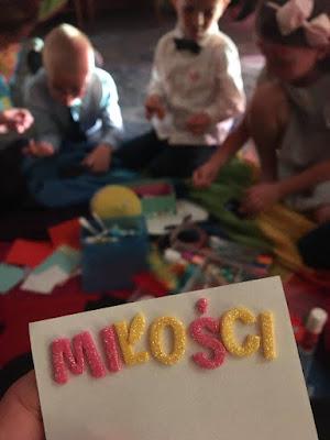 Twórcze zabawy - tworzenie prezentu dla młodej pary podczas wesela przez dzieci z animatorkami z Wytwórni Przyjęć.