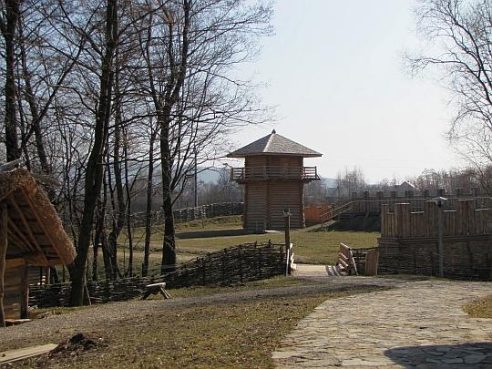 Mostek nad strumieniem, za którym znajduje się osada rzymska