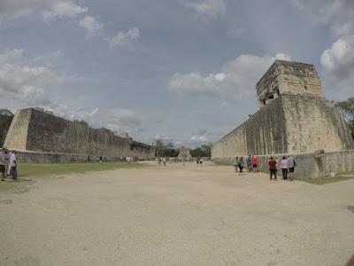 "Campo de pok ta pok em Chichén Itzá.  Pok ta pok, o ""futebol"" Maia"