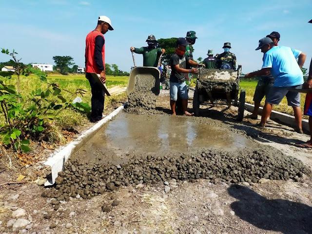 TNI Bersama Warga Kebut Pengerjaan Sasaran Fisik TMMD Sengkuyung Tahap III 2021