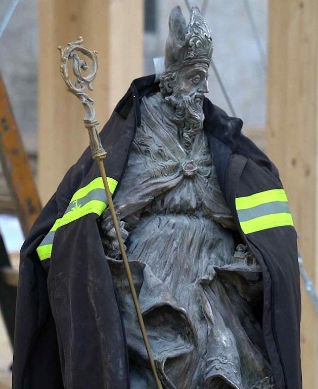 Imagem de São Bento resgatada intacta de cripta esmagada pelos escombros da basílica que ruiu em terremoto