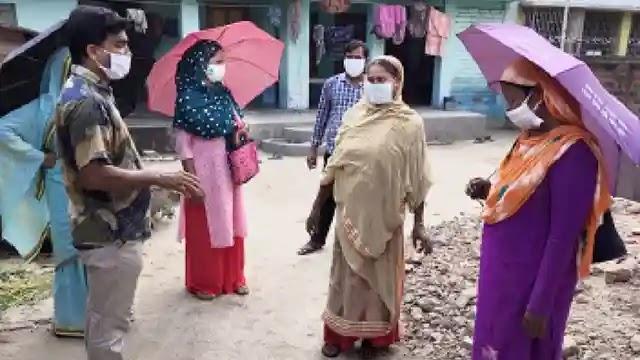 টিকা দিতে আসছে শুনে পাটক্ষেতে পালাল গোটা পাড়ার লোকজন