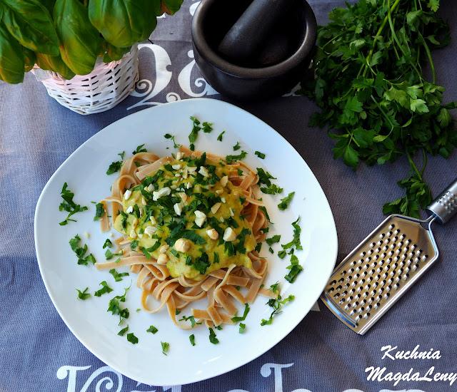 Pesto z bobu z szynką parmeńską i makaronem