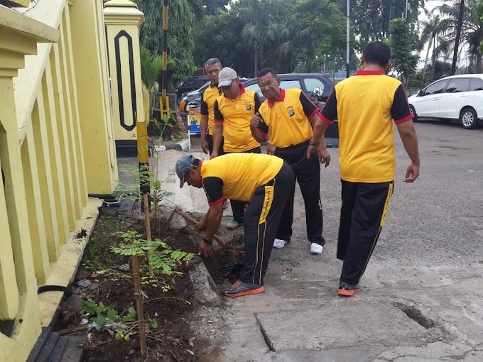 Jum'at Bersih, Polsek Kalideres Kerja Bakti Bersihkan Mako