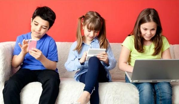 Benarkah Menatap Layar Gadget Tidak Berbahaya Bagi Anak