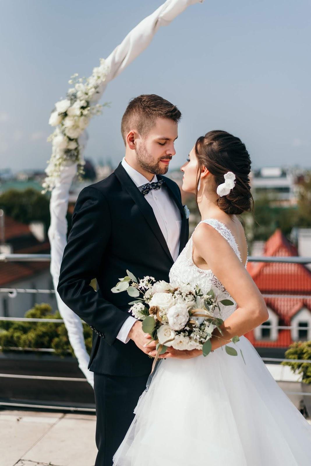Śnieżna biel i czerń w stylizacji ślubnej.