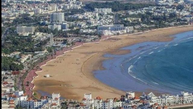 شواطئ أكادير بين الاستمتاع بالعطلة الصيفية والتقيد بإجراءات الوقاية من كورونا