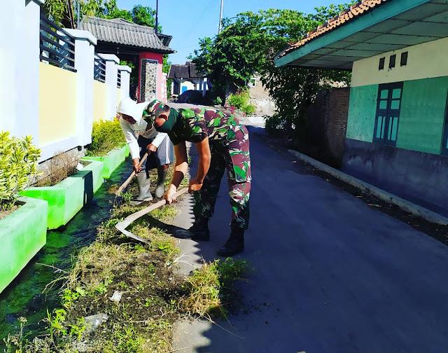 Peduli Lingkungan !!! Babinsa Bersama Warga Bersih-bersih Tempat Tinggal