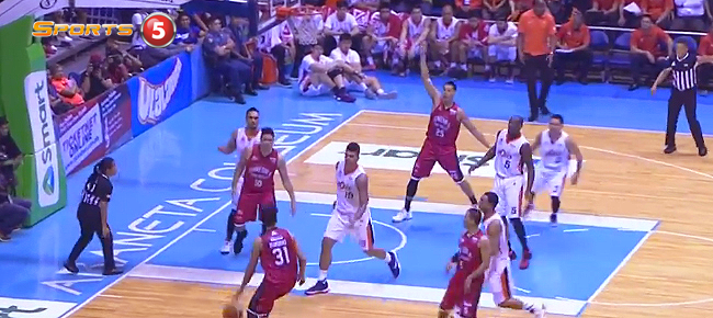 Aljon Mariano Fires No-Look Pass to Japeth Aguilar for the Slam (VIDEO)