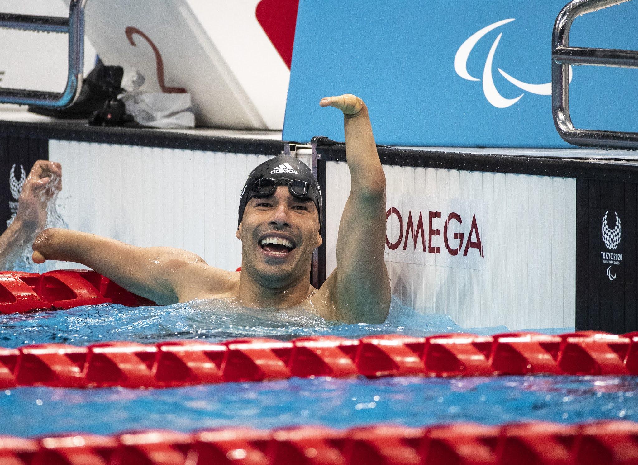Daniel Dias ergue o punho em comemoração após um bronze em Tóquio