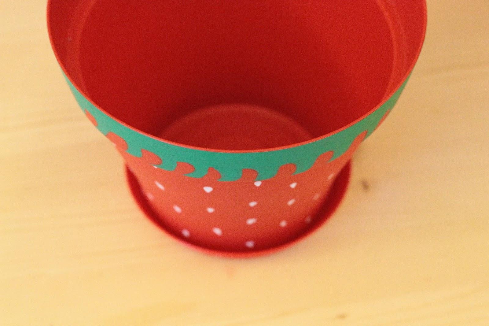 customiser un cache pot rouge fraise