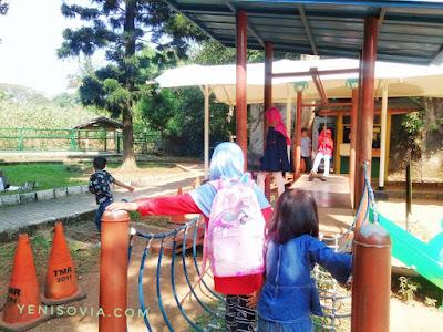 taman bermain bisa kita gunakan untuk menstimulasi motorik anak