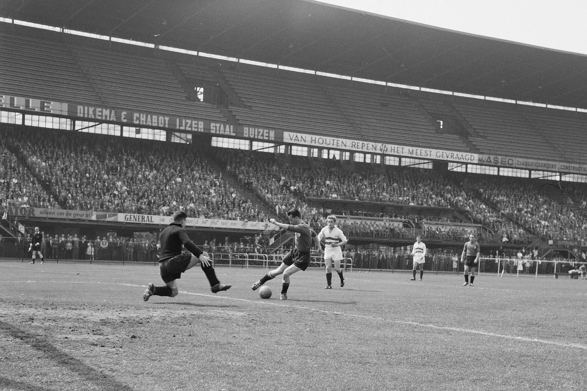 Henk Schouten (Feyenoord) omspeelt Sjeng Wetzels (Fortuna)