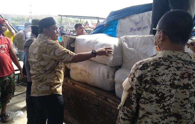 Bupati Bone Bantu Relawan Turunkan Bantuan di Posko Induk