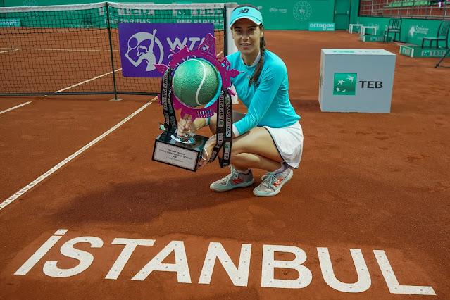 Tenista romena Sorana Cîrstea segura seu troféu de campeã do WTA 250 de Istambul