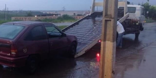 Anápolis: Debaixo de chuva homem é flagrado cometendo crime dentro do carro