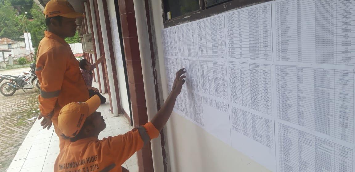 Tenaga honorer Pemkab Taput saat melihat papan pengumuman di Kantor BKD.