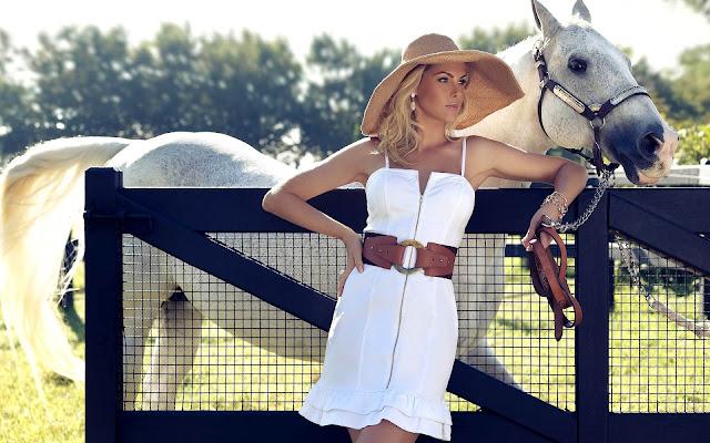 Mooie vrouw met haar paard