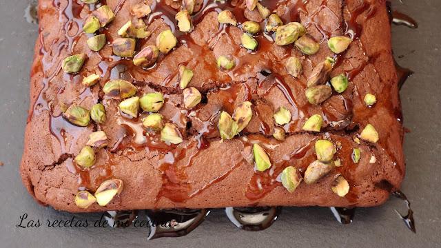 Browni de pistacho bañado en caramelo