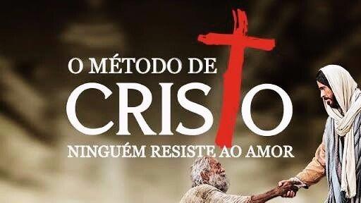 Jesus Cristo segurando a mão de um homem velho com todo o amor... Filme o metodo de Cristo
