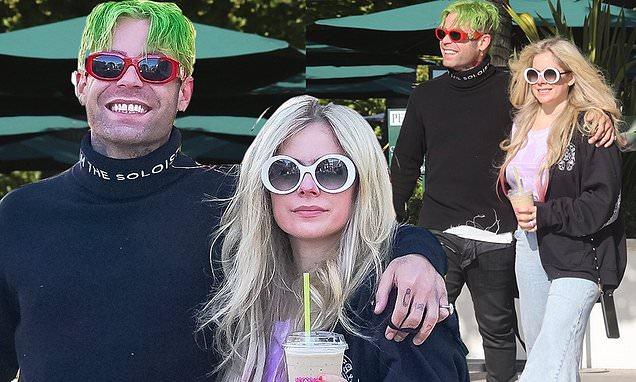 Avril Lavigne parece enamorada mientras camina del brazo con su novio Mod Sun
