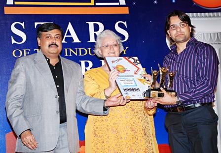 Sandeep Maheshwari receiving award