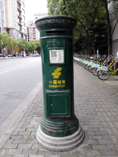 濃い緑色の中国の郵便ポスト