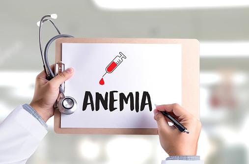Apa Itu Anemia Defisiensi Besi : Pengertian, Tanda dan Gejala, Penyebab, Faktor Risiko Pengertian Anemia Defisiensi Besi Anemia atau iron deficiency anemia adalah kondisi di mana tubuh yang kekurangan zat besi menyebabkan penurunan jumlah sel darah merah. Sel darah merah membawa oksigen ke dalam jaringan tubuh.  Tanda dan Gejala Anemia Defisiensi Besi Gejala-gejala anemia yaitu: Kelelahan dan kekurangan energi Sesak napas Kulit pucat  Kekurangan zat besi untuk waktu yang lama dapat menyebabkan gejala lain seperti sakit mulut, masalah menelan, atau kuku yang empuk dan keriting.  Bila anemia semakin buruk, gejalanya bisa termasuk keinginan untuk makan es atau hal lain yang bukan makanan, misalnya tanah.  Penyebab Anemia Defisiensi Besi Ketika sel darah merah pecah, kandungan zat besi di dalam sel digunakan kembali untuk membuat sel darah baru.   Anemia karena kekurangan zat besi bisa terjadi ketika tubuh Anda kehilangan banyak sel darah dan zat besi tanpa bisa digantikan.   Penyebab lainnya bisa karena tubuh kita tidak bekerja dengan baik menyerap zat besi, atau kurang makan makanan yang mengandung zat besi.  Kekurangan darah Jika Anda kekurangan darah, Anda kehilangan beberapa zat besi. Ketika tubuh Anda tidak menyediakan zat besi yang cukup untuk membuat sel darah baru, anemia bisa semakin buruk.  Bagi wanita, menstruasi yang lama dan banyak menyebabkan risiko anemia karena kekurangan zat besi akibat kehilangan darah saat menstruasi.   Pendarahan gastrointestinal bisa mengurangi tingkat zat besi dalam darah Anda. Jenis-jenis kekurangan darah ini sulit dideteksi dan prosesnya lama.  Kehilangan darah dari lambung peptikum, hernia hiatal, polip usus besar, atau kanker kolorektal Terlalu banyak memakai obat penghilang rasa sakit, terutama aspirin Kekurangan darah yang parah karena cedera atau operasi  Kekurangan makanan yang mengandung zat besi Makanan yang tinggi zat besi seperti daging, telur, adalah sumber terbaik zat besi. Selain itu juga sayur-sayuran berdaun hijau