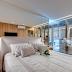 Quarto de casal amadeirado e off white com armário com portas de vidro incolor e refletivo!