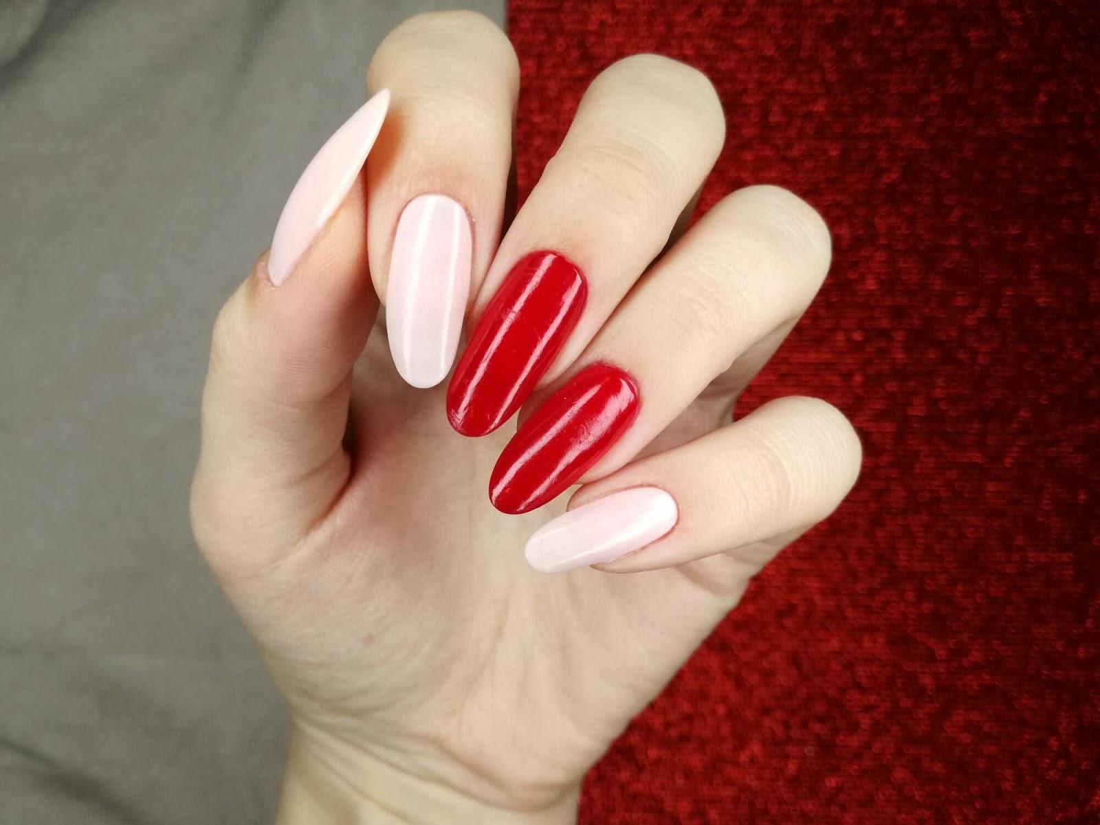 czerwone i jasne paznokcie