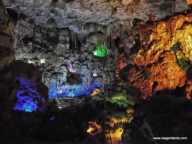 Show de luzes dentro das cavernas de Halong Bay