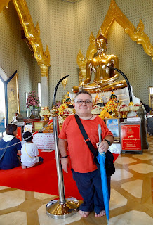 Simon in front of the Golden Buddha at the temple of Wat Traimit, Bangkok
