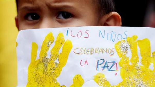 Los niños celebran la paz en Colombia. Todas Las Sombras. Fuente:http://todaslassombras.blogspot.com/2016/09/el-testimonio-de-una-victima-del.html