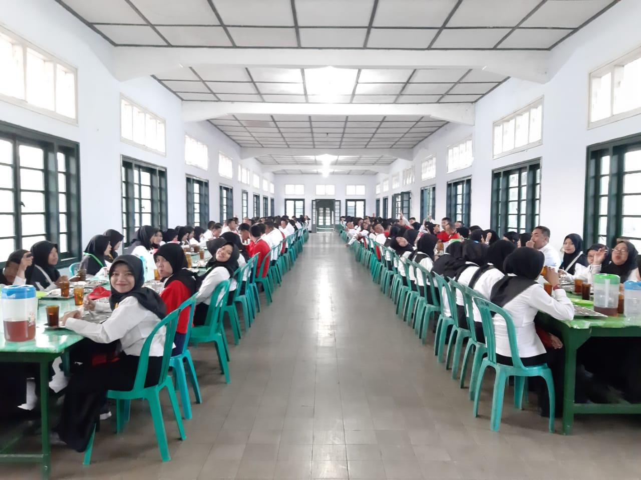 Suasana makan bersama di Dodiklatpur Rindam IV Diponegoro, Klaten