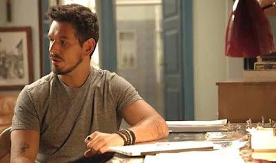 Alain (João Vicente de Castro) sai de casa e vai até o casarão da família Castelo. Lá, ele tem um encontro emocionante