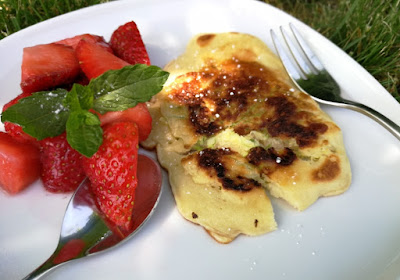 Pfannkuchen mit Holunderblüten und marinierten Erdbeeren