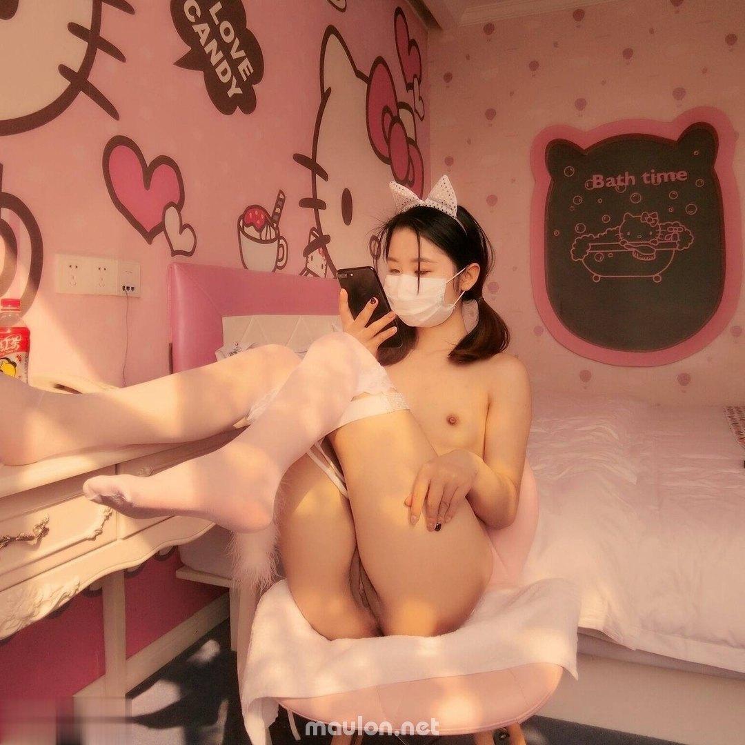 MauLon.Net - Ảnh sex gái xinh giơ chân khoe lồn