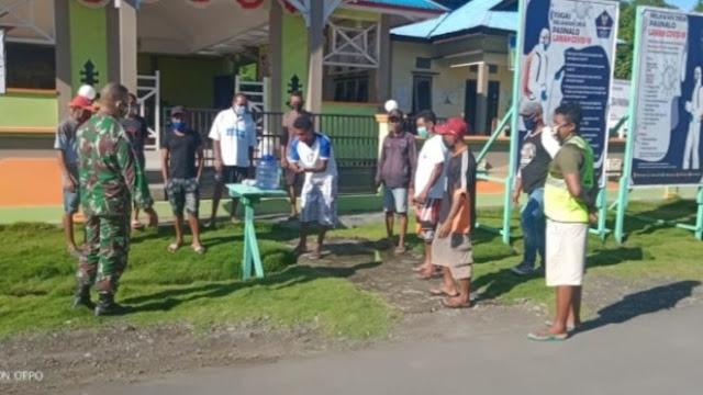 Babinsa Koramil Taniwel Ajak Warga Tangguh Hadapi Pandemi Covid-19