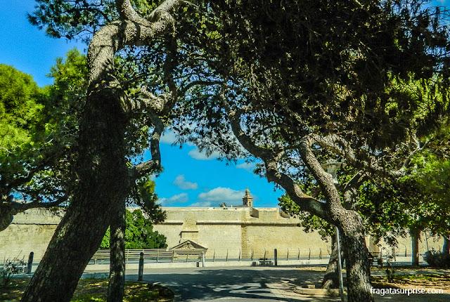 Parque público em Rabat, Malta, diante das muralhas de Mdina