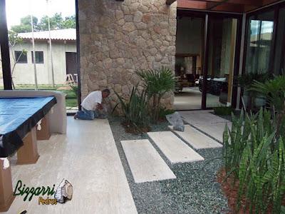 Revestimento de pedra, com pedra moledo, em jardim de inverno em residência em Piracaia-SP.